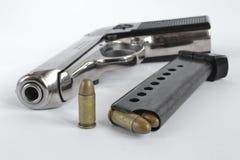 Pistol och ammunitionar Fotografering för Bildbyråer