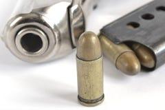 Pistol och ammunitionar Royaltyfri Foto