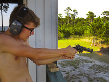 Pistola adolescente de los lanzamientos 38 - primera vez Fotografía de archivo libre de regalías