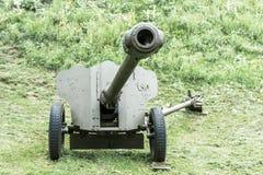 Pistola anticarro della vecchia artiglieria sovietica dall'età della seconda guerra mondiale immagini stock