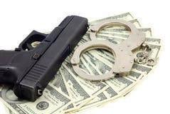 Pistola, braccialetti e contanti neri fotografie stock