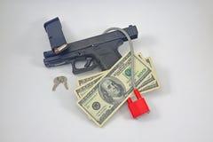 Pistola com fechamento, munição e dinheiro imagem de stock royalty free