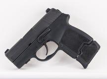 pistola compacta de 9m m en el fondo blanco Fotos de archivo
