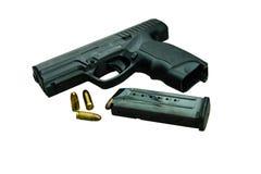 Pistola con la rivista e le munizioni fotografia stock libera da diritti