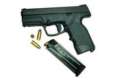 Pistola con la rivista e le munizioni Immagini Stock Libere da Diritti