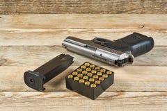 Pistola con munizioni e la camera Immagini Stock Libere da Diritti