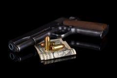 Pistola 1911 con munizioni sul nero Fotografie Stock