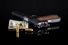Pistola 1911 con munizioni sul nero Fotografie Stock Libere da Diritti