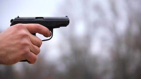 Pistola contra revólver almacen de metraje de vídeo