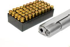 Pistola da arma automática com a caixa da bala no fundo branco Imagens de Stock Royalty Free