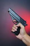 Pistola da terra arrendada da mão fotografia de stock royalty free