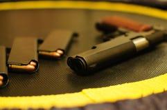 pistola de 9m m con la munición Foto de archivo