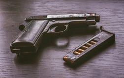 Pistola de Beretta com compartimento da bala Imagens de Stock