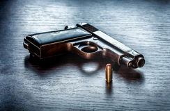 Pistola de Beretta con la bala del calibre de 9m m Imagen de archivo libre de regalías