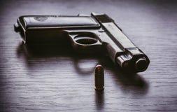 Pistola de Beretta con la bala del calibre de 9m m Foto de archivo libre de regalías