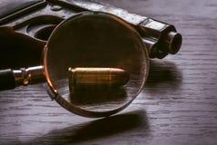 Pistola de Beretta con la bala del calibre de 9m m Foto de archivo