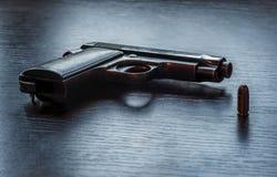 Pistola de Beretta con la bala del calibre de 9m m Imagen de archivo