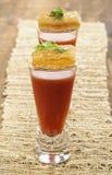 Pistola de la sopa del tomate con los aperitivos asados a la parrilla del queso Imagen de archivo libre de regalías