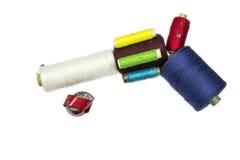 Pistola de los carretes de costura con la cinta del sastre Imágenes de archivo libres de regalías