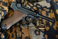 Pistola de Parabellum del alemán con los cartuchos Fotografía de archivo