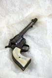 Pistola del revolver su un merletto Immagini Stock Libere da Diritti