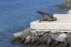 Pistola dell'artiglieria che punta sul mare Fotografia Stock Libera da Diritti