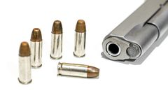 Pistola della pistola automatica con la pallottola nel fondo bianco Immagini Stock Libere da Diritti