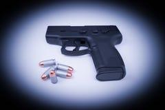 Pistola della mano - 45 messi in luce automatici e pallottole Immagini Stock