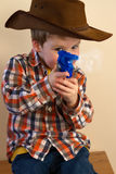 Pistola della protezione di infornamento del ragazzo immagini stock libere da diritti