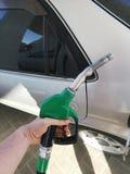 Pistola della tenuta della mano per il rifornimento di carburante dell'automobile fotografia stock