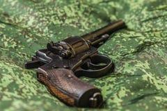 Pistola do vintage no fundo da camuflagem do pixel Fotos de Stock