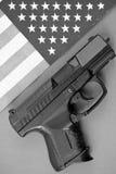 Pistola e bandierina Immagine Stock