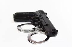 Pistola e manette Fotografia Stock