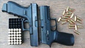 Pistola e munizioni su fondo di legno fotografia stock libera da diritti