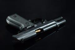 Pistola e richiami neri immagine stock libera da diritti