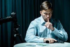 Pistola e soldi sulla tavola Immagini Stock