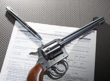 Pistola e verifica degli antecedenti Fotografie Stock Libere da Diritti