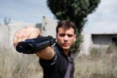 Pistola en las manos del hombre Imagen de archivo