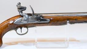 Pistola inglesa antigua del fusil de chispa almacen de metraje de vídeo