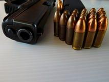 Pistola, le cartucce di 9 millimetri fotografia stock