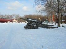 Pistola militare in un giorno di inverno nevoso Immagine Stock