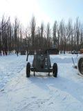 Pistola militare in un giorno di inverno nevoso Fotografie Stock Libere da Diritti