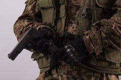 Pistola nelle mani dei soldati immagini stock libere da diritti