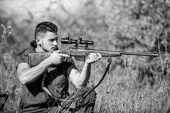 Pistola o fucile dell'arma di caccia Obiettivo di caccia Esaminando obiettivo con portata del tiratore franco Cacciatore dell'uom fotografia stock