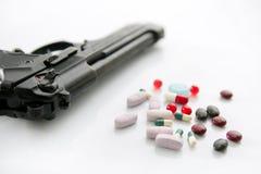 Pistola o pillole due opzioni al suicidio Fotografie Stock Libere da Diritti