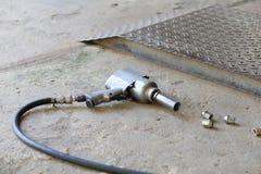 Pistola pneumática para a roda de carro da mudança Fotografia de Stock Royalty Free