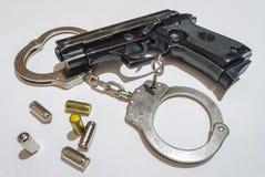 Pistola, richiami e manette Immagini Stock Libere da Diritti