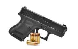 Pistola semi automática de la arma de mano de 9 milímetros con la munición aislada en blanco Fotografía de archivo libre de regalías