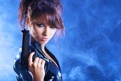 Pistola sexy della holding della ragazza Immagini Stock Libere da Diritti