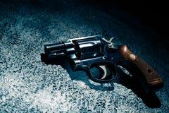 Pistola sul pavimento, immagine ad alto contrasto immagine stock libera da diritti